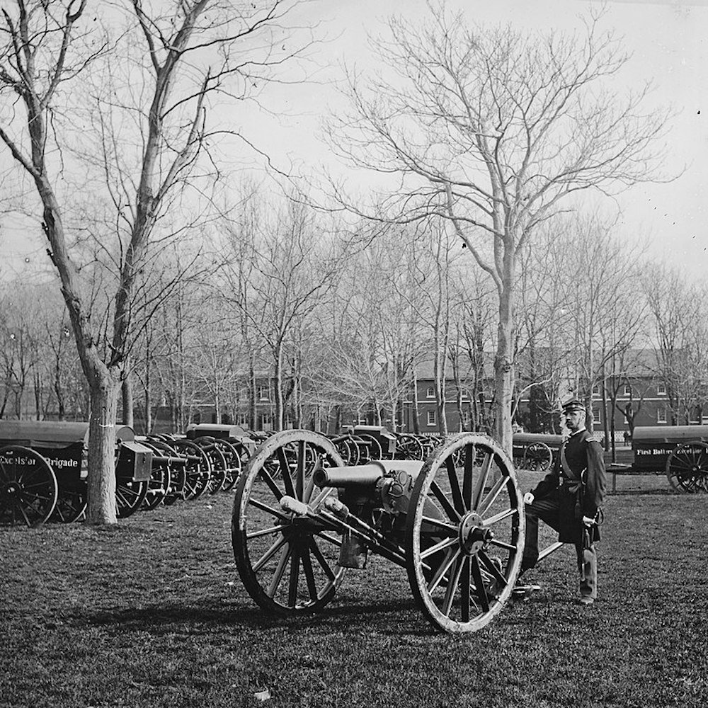 Mathew B. Brady foto Soldato sorveglia un arsenale di armi Mathew B. Brady fot